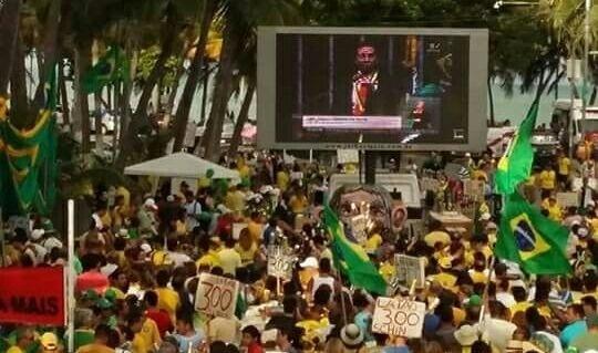 17.abr.2016 - Manifestantes acompanham votação do processo de impeachment da presidente Dilma Rousseff na Câmara dos Deputados, em Maceió (AL). A imagem foi enviada pela internauta Maria Janaína Brandão para o WhatsApp do UOL (11) 95520-5752