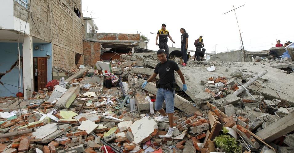 17.abr.2016 - Policiais inspecionam escombros nos arredores da catedral de Tarqui, em Manta, Equador. Pelo menos 233 pessoas morreram e mais de 1.500 ficaram feridas em terremoto de magnitude 7,8 ocorrido na noite de sábado (16). Epicentro foi a 27 km de Muisne, perto da fronteira com a Colômbia, a uma profundidade de 19,2 km no Oceano Pacífico