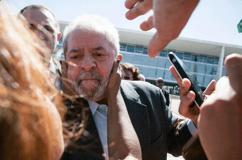 12.mai.2016 - Com expressão emocionada, o ex-presidente Luiz Inácio Lula da Silva é saudado por simpatizante durante ato em que Dilma Rousseff falou de seu afastamento da Presidência da República, em Brasília, nesta quinta-feira