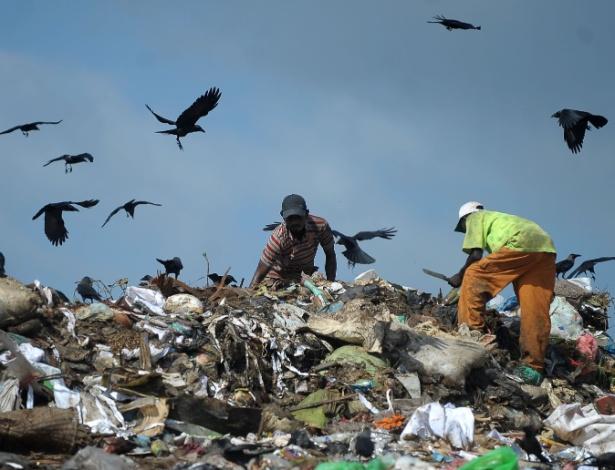 5.jun.2016 - No Dia Mundial do Meio Ambiente, catadores vasculham depósito de lixo em busca de material reciclável no subúrbio da cidade de Colombo, Sri Lanka