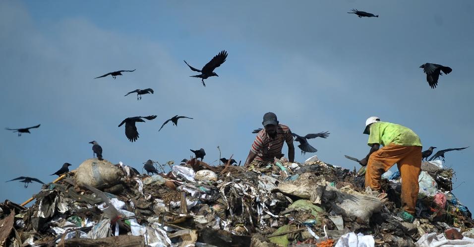 5.jun.2016 - No Dia Mundial do Meio Ambiente, catadores vasculham depósito de lixo em busca de material reciclável no subúrbio da cidade de Colombo no Sri Lanka