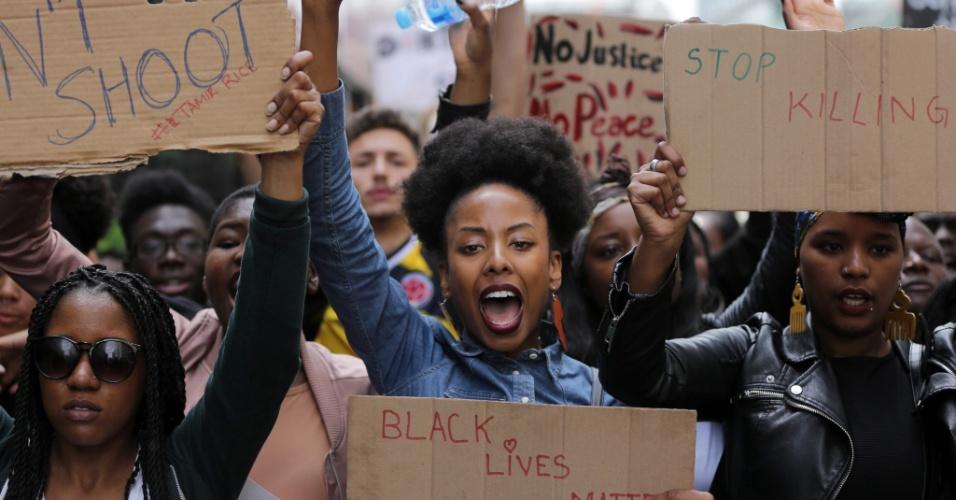 10.jul.2016 - Manifestantes do movimento Black Lives Matter fazem protesto em Londres durante um ato contra a morte de negros pela polícia nos Estados Unidos. Mais de 70 pessoas foram presas durante protestos nos últimos dois dias
