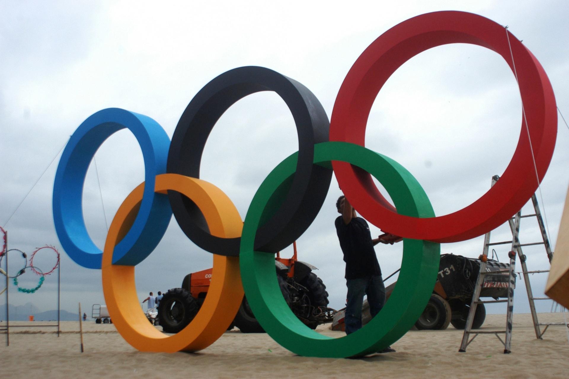 21.jul.2016 - Escultura dos aros olímpicos é inaugurada na praia de Copacabana, no Rio de Janeiro. A criadora da obra é a artista Elisa Brasil, que usou material reciclado para fazer a escultura