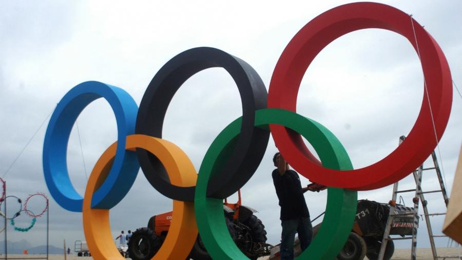 Os aros olímpicos na praia de Copacabana - Alessandro Buzas/ Futura Press/ Estadão Conteúdo
