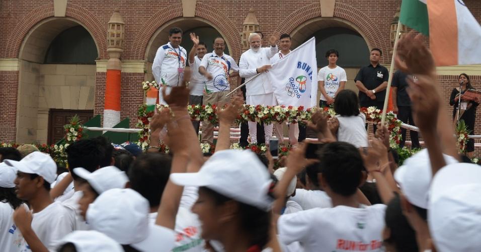 """31.jul.2016 - O primeiro-ministro da Índia, Narendra Modi (segurando a bandeira ao fundo), abre oficialmente o evento """"Corrida pelo Rio"""", que acontece em Nova Déli em apoio à delegação indiana que participará dos Jogos Olímpicos do Rio de Janeiro"""