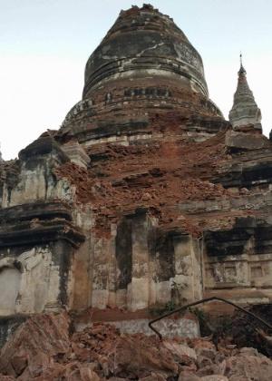 Pagoda danificada em Bagan