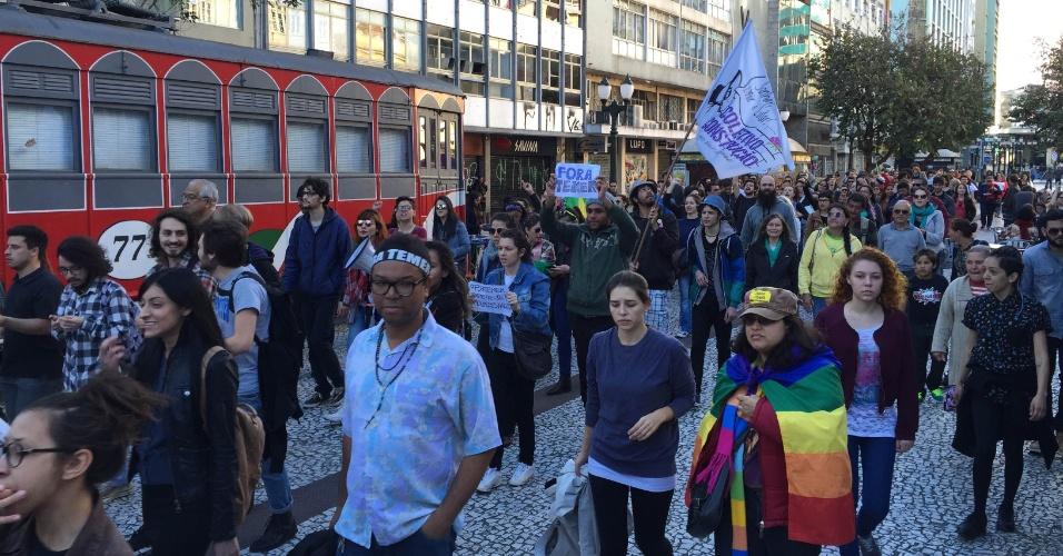 7.set.2016 - Cerca de 200 manifestantes, de acordo com estimativa dos organizadores do ato, ocuparam o calçadão do centro de Curitiba (PR) em ato pede a saída do presidente Michel Temer da Presidência da República