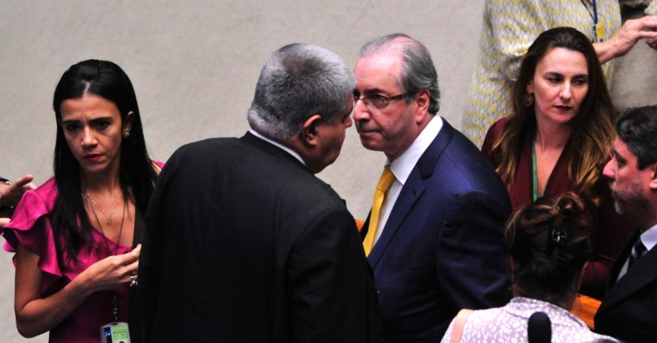 12.set.2016 - O deputado afastado Eduardo Cunha (PMDB-RJ) conversa com o deputado Carlos Marun (PMDB-MS), um dos seus aliados, após defender o mandato no plenário da Câmara, em Brasília. Os parlamentares votam cassação de Cunha