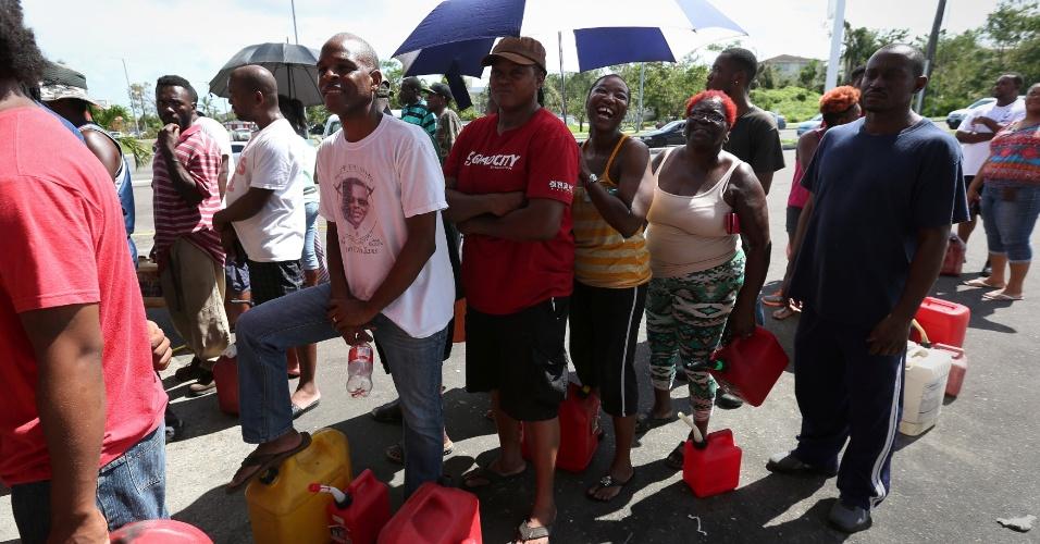 9.out.2016 - Pessoas em fila aguardam para conseguir combustível em Nassau, nas Bahamas, após passagem do furacão Matthew