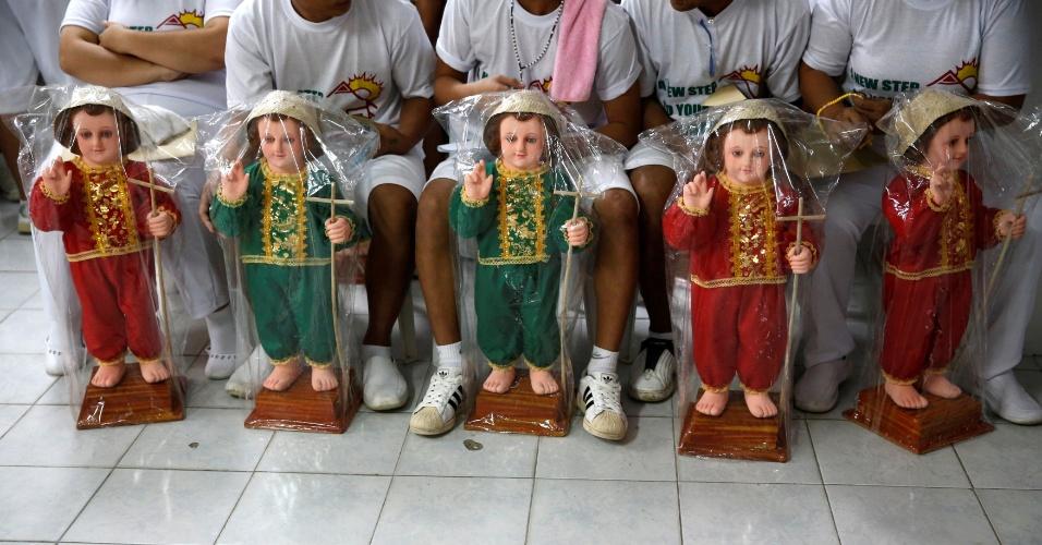 """11.out.2016 - Usuários de drogas que completaram os seis meses do programa de reabilitação recebem uma estátua do """"Bebê Jesus"""" ou São Nino, no Centro de Reabilitação de Usuários de Drogas Central Luzon, em Pampanga, Filipinas"""