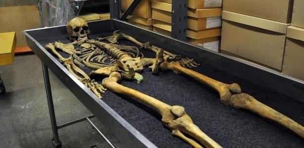 Ossos, mesmo como os dessa vítima da epidemia de peste bubônica de 1348, preservam pistas preciosas