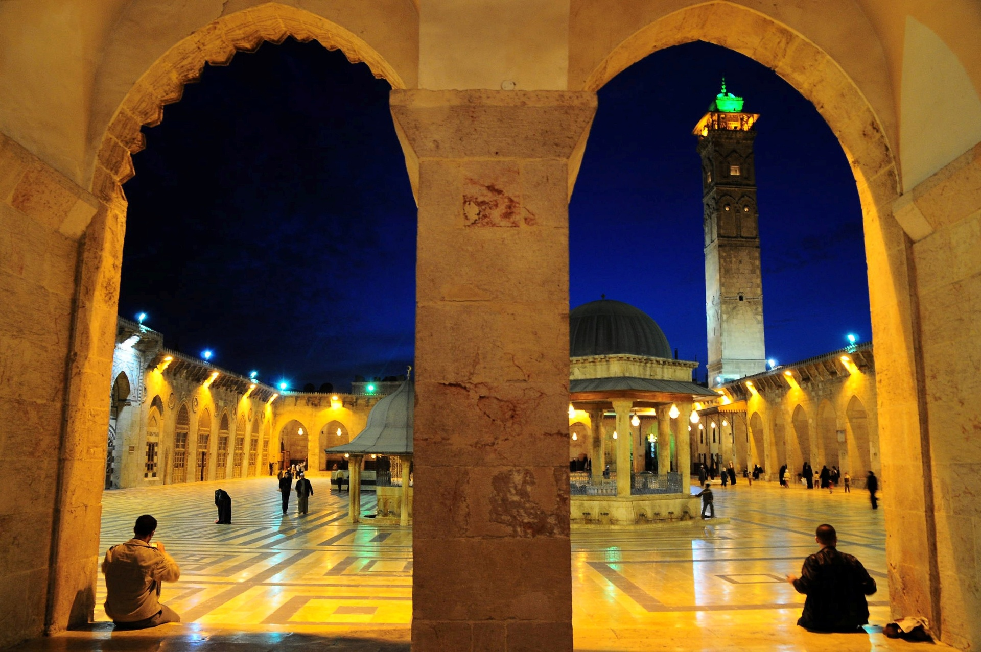 22.dez.2016 - Pessoas caminham pela mesquita de Umayyad em Aleppo, na Síria. O registro foi feiro em março de 2009. Com a guerra, a cidade passou a ser dividida entre o governo e rebeldes. O exército manteve o controle de algumas áreas que estavam cercadas por insurgentes criando túneis secretos