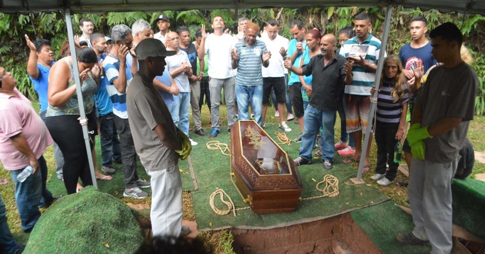 27.dez.2016 - Corpo de Luiz Carlos Ruas é enterrado no Cemitério Vale da Paz, em Diadema (SP)