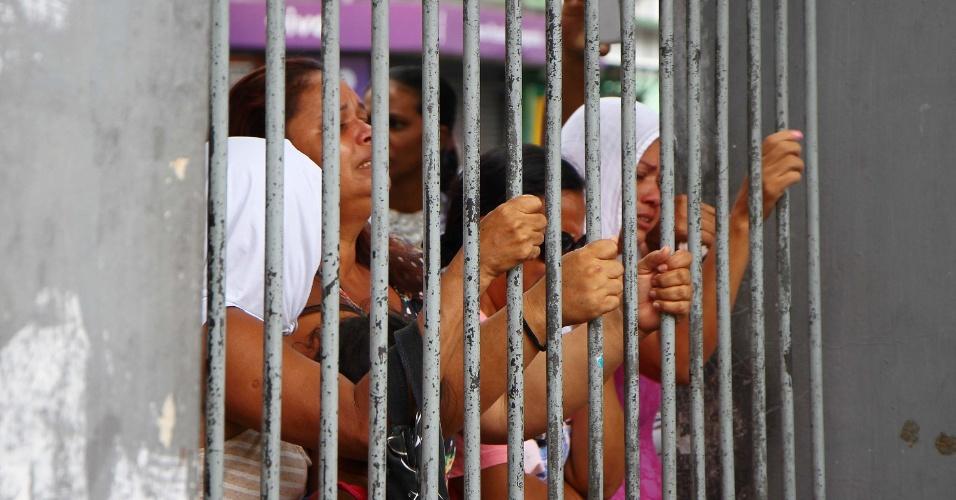 8.jan.2017 - Familiares de presos se desesperam nos portões da Cadeia Pública Raimundo Vidal Pessoa em Manaus (AM), neste domingo, após a Tropa de Choque entrar no local para conter rebelião que deixou pelo menos 4 mortos