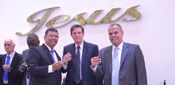 Jorge Braz (1º à dir) e Marcelo Crivella (centro) participam de culto em Assembleia de Deus, no Rio
