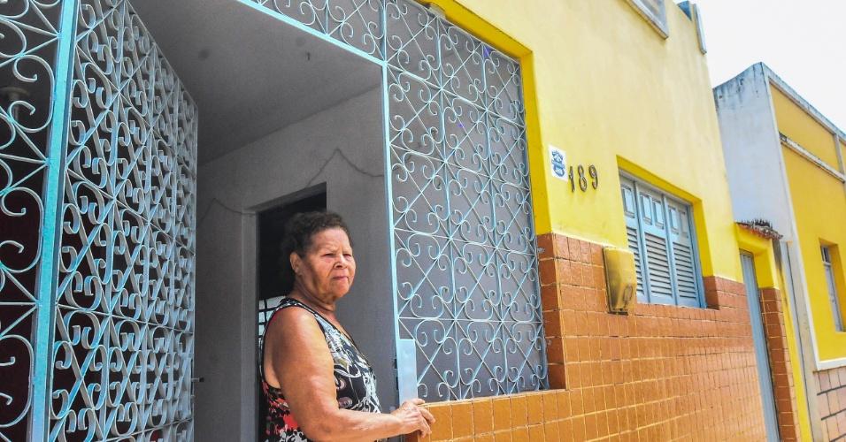 4.jan.2016 - Aposentada Nilza Ferreira da Silva, 73, na porta de sua casa no município de Alagoa Grande, PB