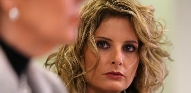 Summer Zervos ouve sua advogada (fora de foco) falar sobre processo contra o presidente eleito Donald Trump, em Los Angeles, Califórnia