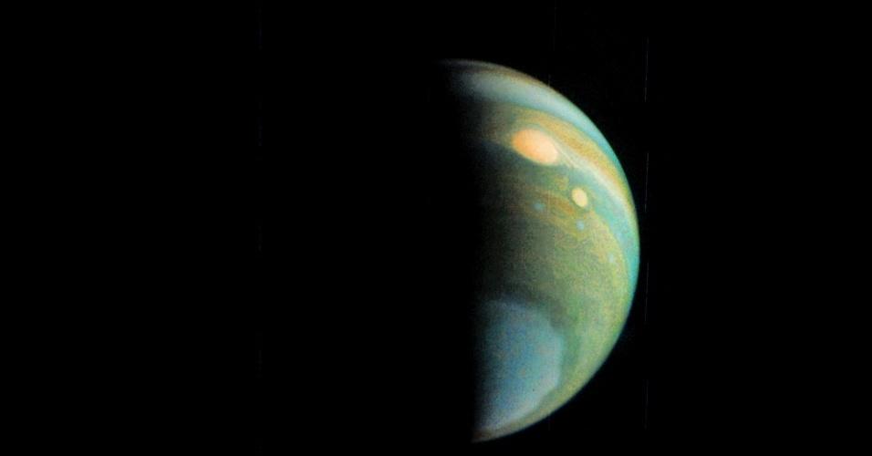2JÚPTER COLORIDO - O planeta Júpter não é assim, cheio de cores. As camadas coloridas na imagem foram geradas pela sobreposição de fotografias feitas com diferentes filtros de cor. As fotos foram tiradas pela sonda Juno, que orbita o planeta gigante. As cores destacam nuvens altas e neblina de altitude elevada. A grande mancha vermelha, um enorme anticiclone na superfície de Júpter, fica bem evidente na imagem.
