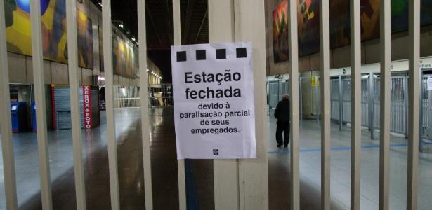 28.abr.2017 - Estação Corinthians-Itaquera do Metrô e CPTM, na zona leste de São Paulo, amanhece fechada nesta sexta-feira por conta da greve geral convocada para todo o país