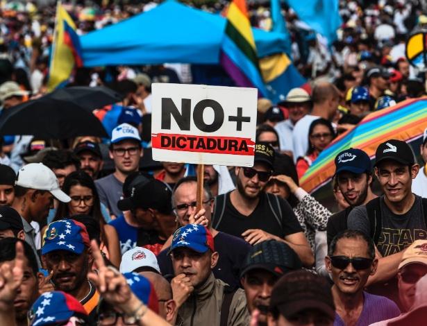 Venezuelanos protestam em Caracas nesta segunda (15) contra o governo de Maduro