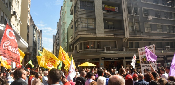 Manifestantes se reúnem no centro de Porto Alegre e pedem saída de Temer da Presidência - Fernanda Picollo Huggentobler /Fotoarena/Folhapress