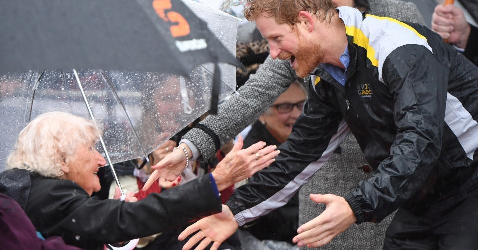 7.jun.2017 - Harry reencontra em Sydney a viúva de guerra Daphne Dunne, 97, que ficou conhecida por ter dado um beijo no rosto do príncipe assim que ele encerrou seu destacamento de um mês junto ao exército australiano