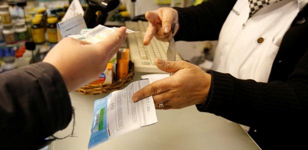 Consumidor compra pacote de maconha em farmácia em Montevidéu, Uruguai
