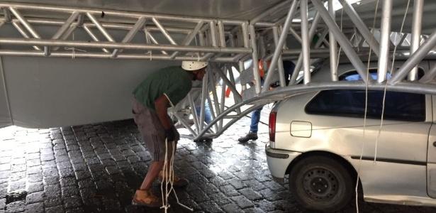 Equipe remove tenda que desabou no local onde vai ocorrer a Oktoberfest em Blumenau