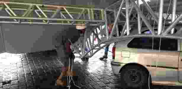 Equipe remove tenda que desabou no local onde vai ocorrer a Oktoberfest em Blumenau - Divulgação/Oktoberfest