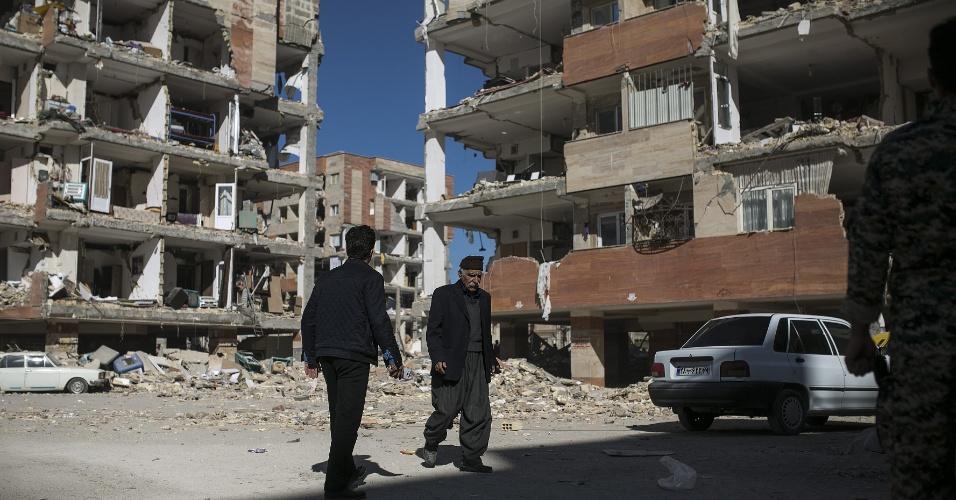13.nov.2017 - Moradores caminham entre ruínas de prédios após terremoto em Sarpol-e Zahab, no Irã