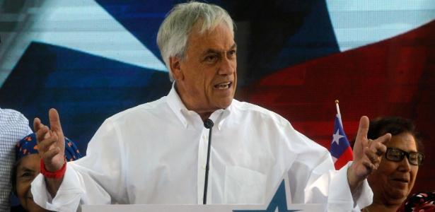 O candidato à Presidência do Chile Sebastián Piñera discursa em evento de campanha em Santiago, na última sexta (17)