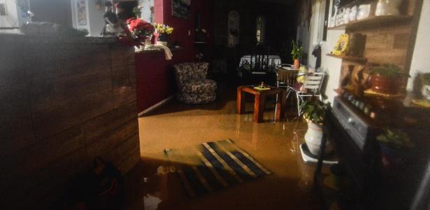 11.jan.2018 - Casas e ruas em Florianópolis ficaram alagadas