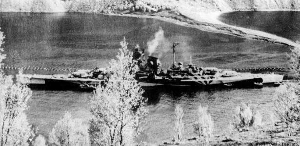 O encouraçado alemão Tirpitz em um fiorde na Noruega