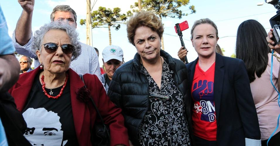 23.abr.2018 - A ex-presidente Dilma Rousseff (c), acompanhada da presidente nacional do PT, senadora Gleisi Hoffman (PR), entre outros parlamentares, deixa à sede da Superintendência da Polícia Federal, em Curitiba (PR), na tarde desta segunda- feira, 23. Dilma tentou visitar o ex- presidente Luiz Inácio Lula da Silva, que permanece preso no local, apesar da negativa da juíza Carolina Moura Lebbos, da 12ª Vara Federal