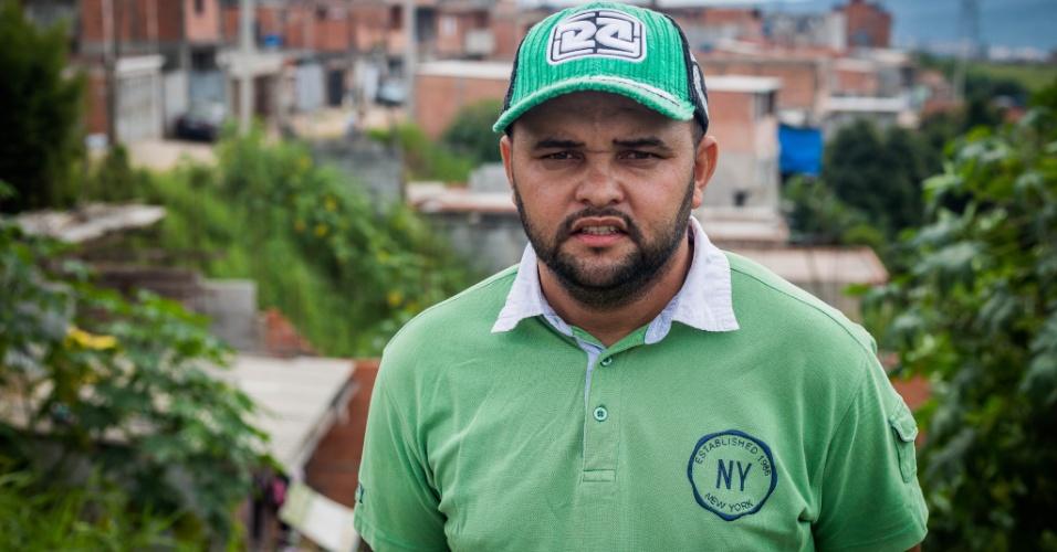 14.abr.2018 - O pedreiro Vanzinaldo Santana, o Vanzinho, lidera a ocupação Araguaia, no Iguatemi