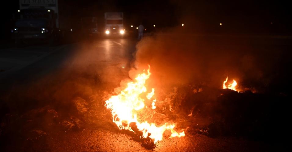 Caminhoneiros fecham a BR-262, em Juatuba, na Grande Belo Horizonte, nesta segunda-feira (21). De acordo com a Associação Brasileira de Caminhoneiros, o protesto pede a redução de impostos, como os cobrados sobre o óleo diesel