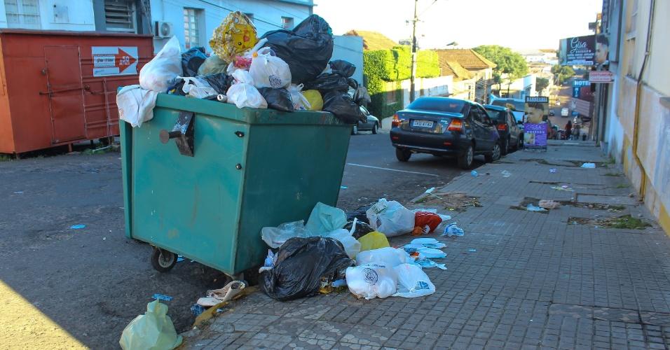 A greve dos caminhoneiros provocou a interrupção da coleta de lixo em Santana do Livramento (RS) deste sábado (26). Os caminhões que levam o lixo para outra cidade estão parados em bloqueios, ainda sem previsão de liberação, e os sacos e sacolas se acumulam nas ruas da cidade