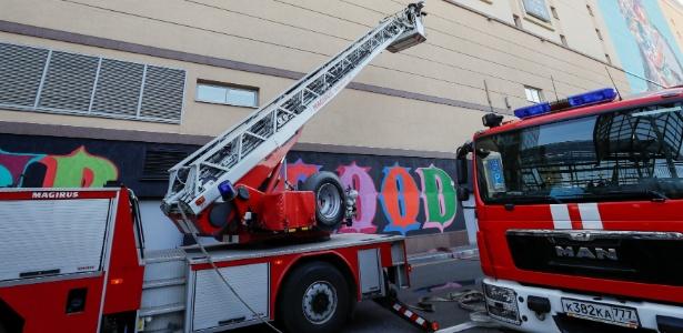 Carro de bombeiros se posiciona em frente ao shopping Atrium devido a incêndio - Gleb Garanich/ REUTERS