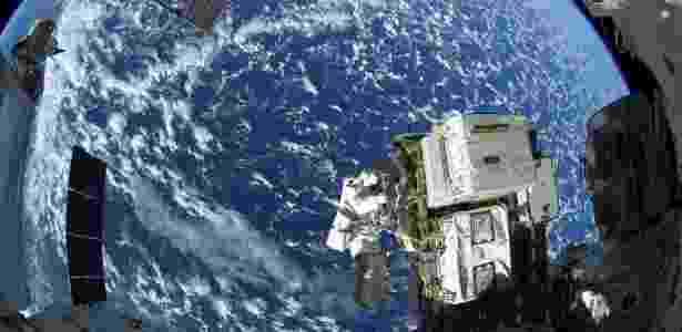 A ISS orbita a Terra a uma velocidade de mais de 27 mil quilômetros por hora e a uma distância de 400 quilômetros da superfície do planeta - Alexander Gerst/AFP