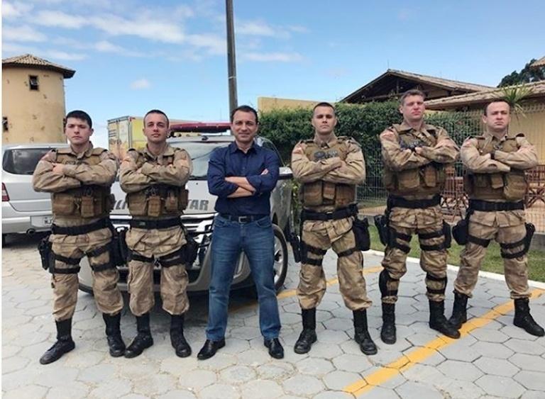 O candidato do PSL ao governo de Santa Catarina, Comandante Moisés, ao lado de um pelotão da Polícia Militar do estado, em Garopaba, durante campanha no primeiro turno.