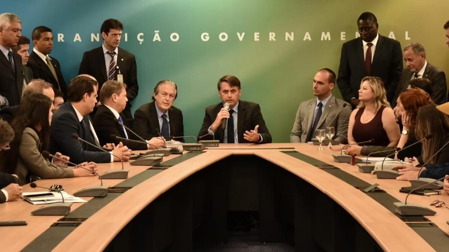 Bancada do PSL se reúne com Jair Bolsonaro; Eduardo se sentou ao lado de Joice Hasselmann - Divulgação/Governo de Transição