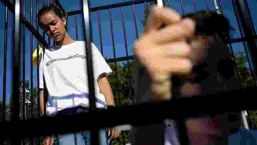 """""""Salas de aula, não jaulas"""": adolescentes protestam em frente a sede da ONU, em Genebra, contra a política migratória dos EUA - AFP"""