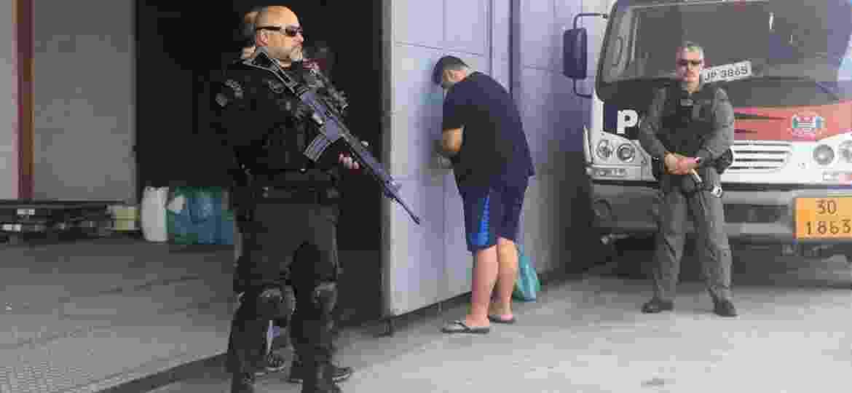 André de Oliveira Macedo, o André do Rap, no aeroporto Campo de Marte, após ter sido capturado por policiais civis em Angra dos Reis (RJ) - 15.set.2019 - Luís Adorno/UOL