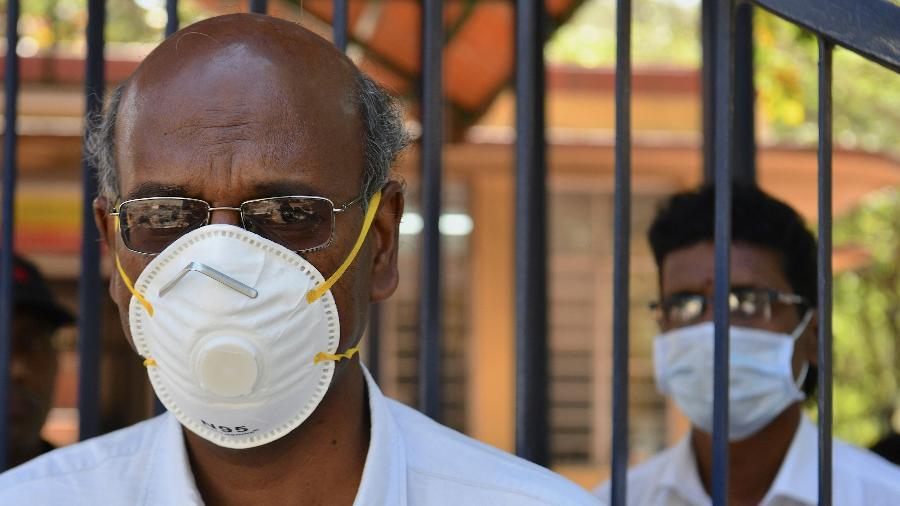 4.fev.2020 - Funcionários de hospital em Bangalore, na Índia, usam máscaras contra o coronavírus - Manjunath Kiran/AFP