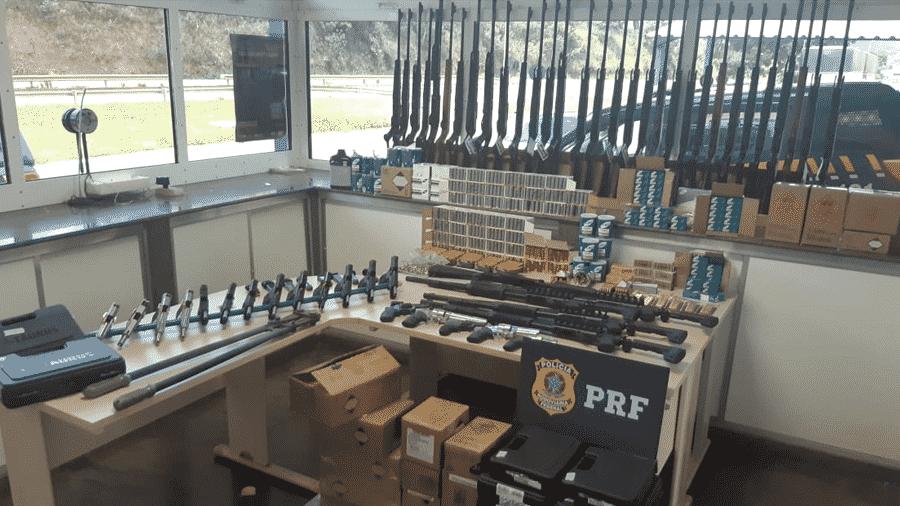17.fev.2020 - Armas e munições apreendidas pela Polícia Rodoviária Federal de Minas Gerais, a maior já feita em todo o estado - PRF-MG/Divulgação