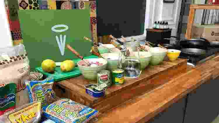 Alimentos da caixa de R$ 110; ingredientes picados pelos auxiliares da chef; e, ao fundo, as panelas Le Creuset - Paulo Sampaio/UOL - Paulo Sampaio/UOL