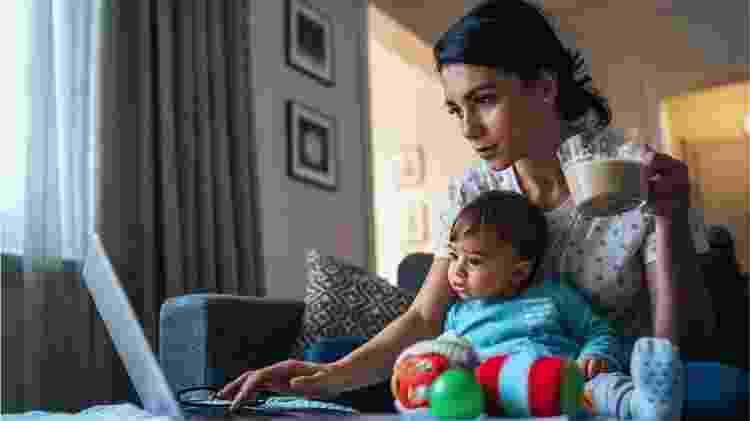 Para FMI, mulheres são mais afetadas pelo fechamento de escolas, já que a responsabilidade de cuidar dos filhos recai desproporcionalmente sobre elas - Getty Images - Getty Images