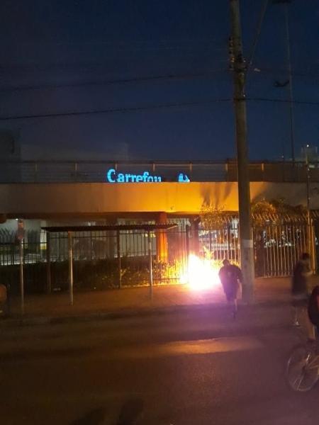 Grupo reduzido quebrou placas, partes do portão do mercado e telas de proteção - Hygino Vasconcellos/Colaboração para o UOL
