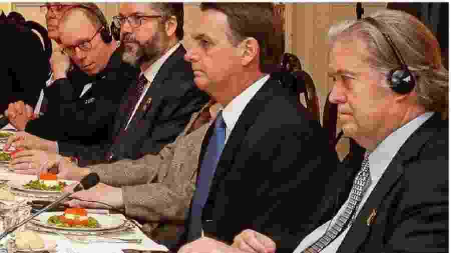 Jair Bolsonaro durante jantar em Washington em março do ano passado. À sua esquerda, o delinquente e extremista de direita Steve Bannon; à sua direita, Olavo de Carvalho e Ernesto Araújo. Ali ele anunciou: tinha vindo para desconstruir, não para construir - Alan Santos/AFP
