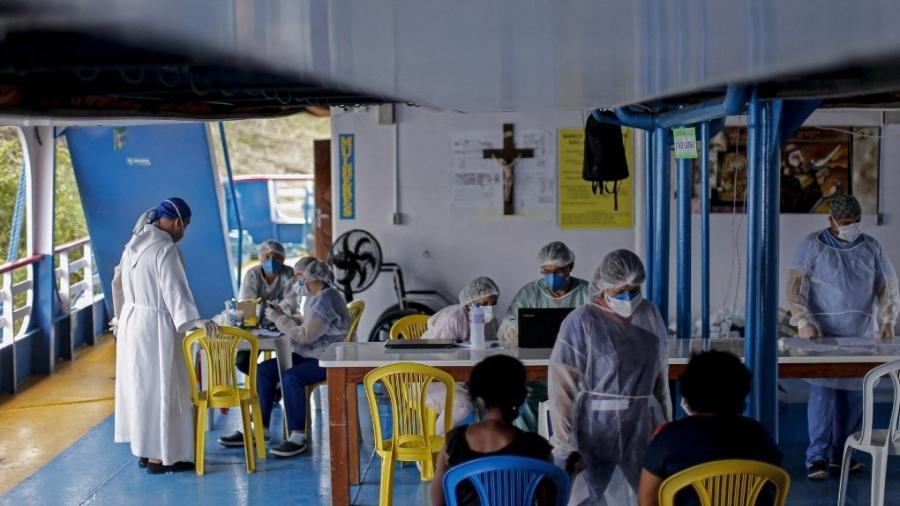 Pacientes são atendidos em hospital móvel em rio na altura de Oriximina, fronteira do Pará com o Amazonas - Tarso Sarraf/AFP